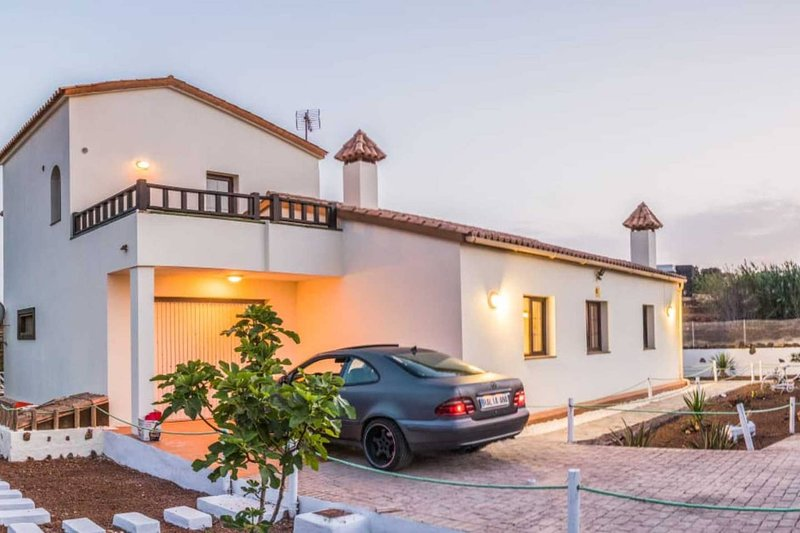 Amazing house with garden & terrace, vacation rental in Villaverde