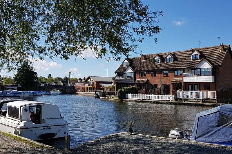 Anchor Cottage, Wroxham. Riverfront holidays to fish, relax & explore the Broads, location de vacances à Salhouse