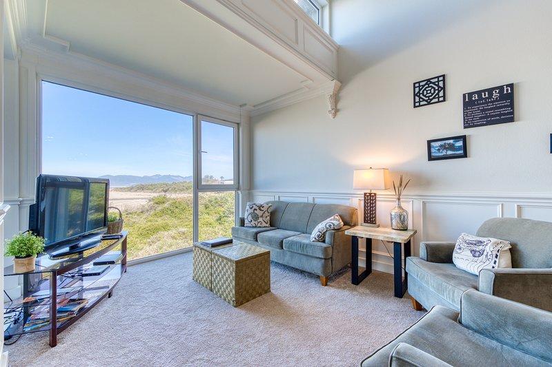 Elegant, oceanfront condo with deck & extraordinary views - dogs welcome!, location de vacances à Rockaway Beach