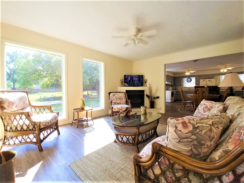 Room,Living Room,Indoors,Flooring,Furniture
