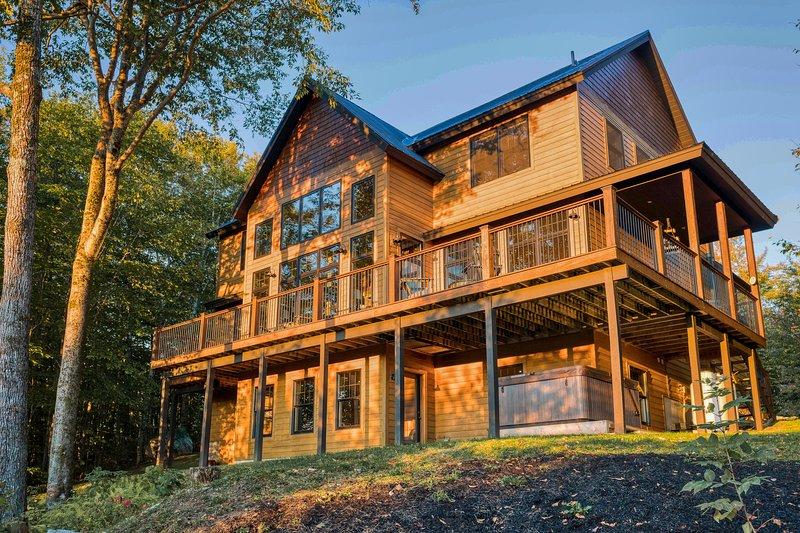 Elegant home with mountain views, grill, and wrap-around deck!, vacation rental in Upton