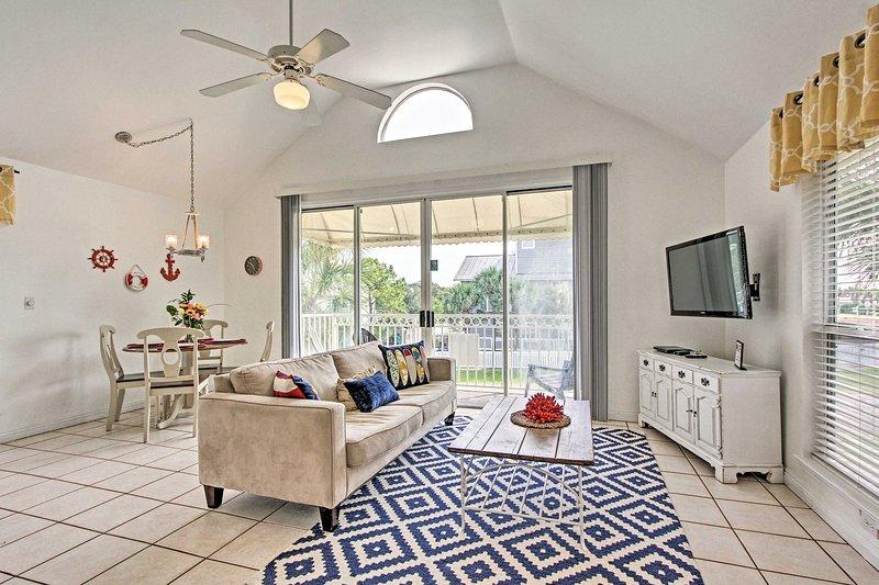 Destin Cottage w/ Balcony - Walk to Crystal Beach!, location de vacances à Miramar Beach