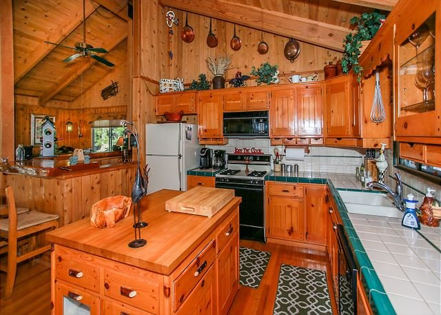 Bright! Best Chef's Kitchen for Cooking! indoor Jacuzzi Tub! Close to SLOPES, location de vacances à Big Bear Region