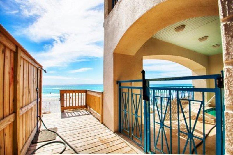 Acceso a la playa ubicado a la izquierda de la casa con una conveniente estación de lavado al aire libre