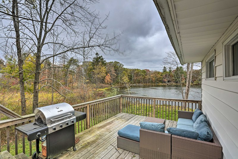 Upstate Family Lake House w/Game Room & Deck!, casa vacanza a Port Jervis