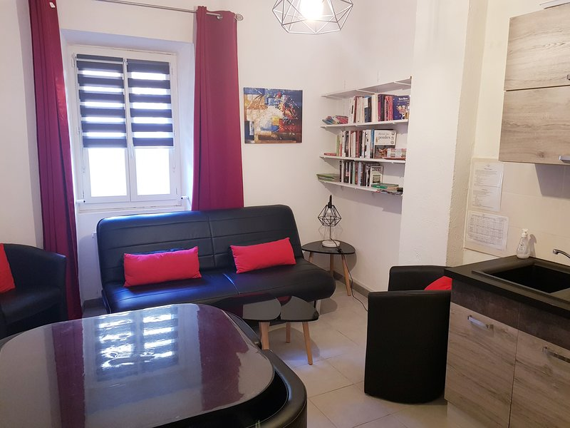 Appartement T2 Provence Centre Historique (1 Chambre) - L'Annexe d'Alèzen, holiday rental in Pelissanne