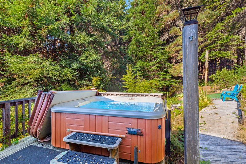 Cozy apartment w/ hot tub access & private entrance - steps to the beach, holiday rental in Anchor Bay