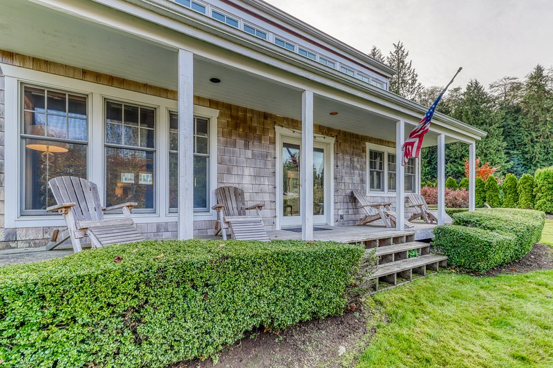 New listing! Beach & bayfront home w/deck, firepit, and fireplace!, vacation rental in Hansville