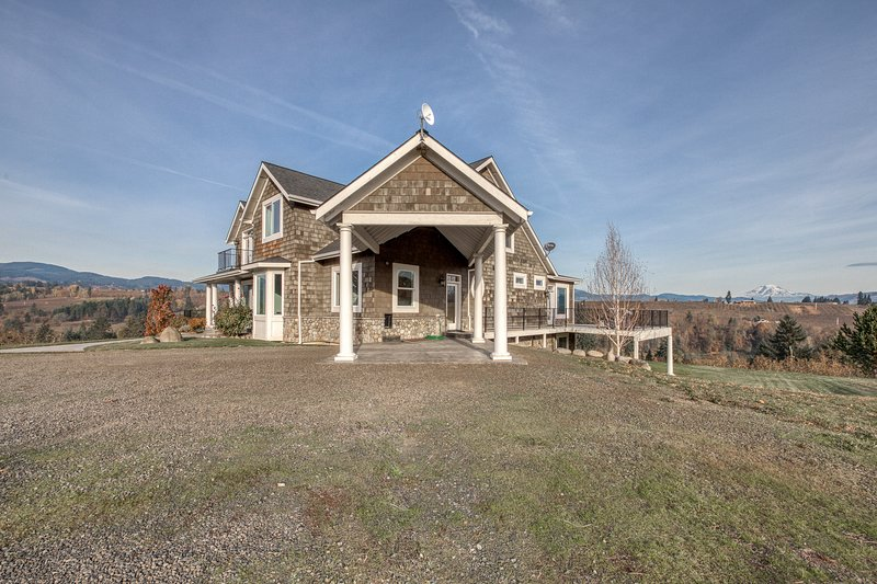 Luxury home in a pear orchard w/ hot tub & amazing Mt. Adams views - dogs OK!, holiday rental in Parkdale