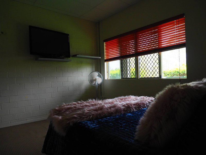 Queen Room With Airport Transfers Or Car Rental, vacation rental in Logan City