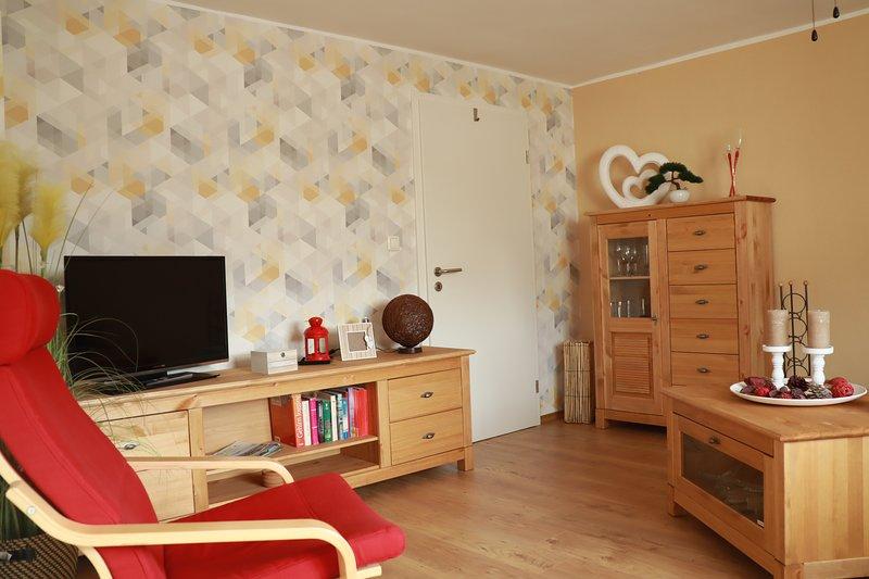 Sala de estar con muebles de madera real y mueble de televisión