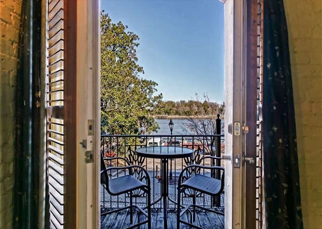 Amazing Loft with Parking and Deck above River Street by Lucky Savannah, holiday rental in Rincon