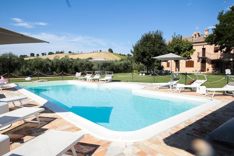 Villa Pedossa, Il Grano, stylish apt. in typical country Villa with pool&Jacuzzi, alquiler vacacional en Morro d'Alba
