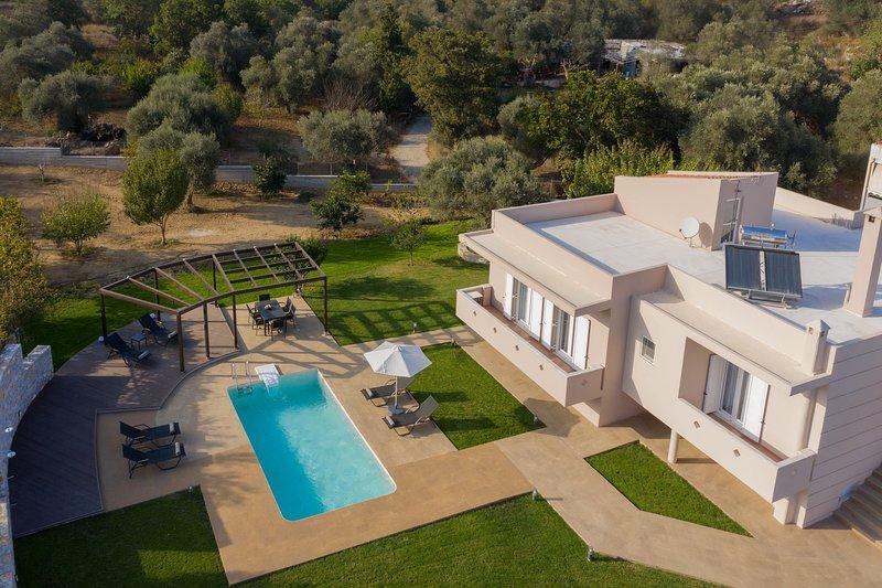 Large rural modern villa,Private pool,Near tavern, holiday rental in Damnoni