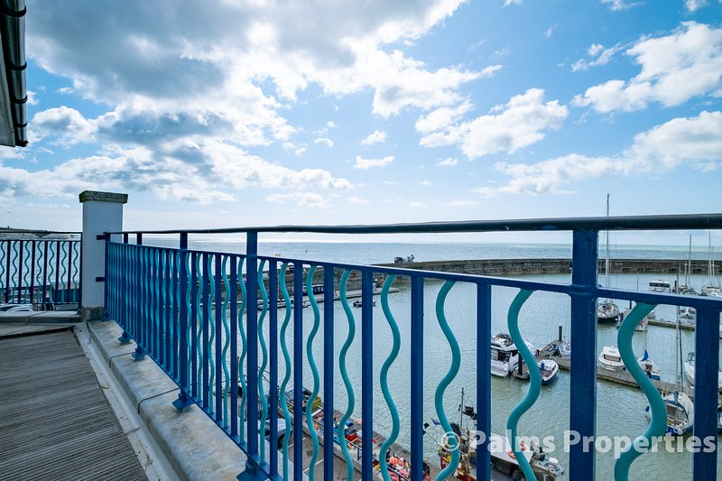 Spacious Penthouse Apartment with Stunning Sea Views and Parking for Two Cars, location de vacances à Peacehaven