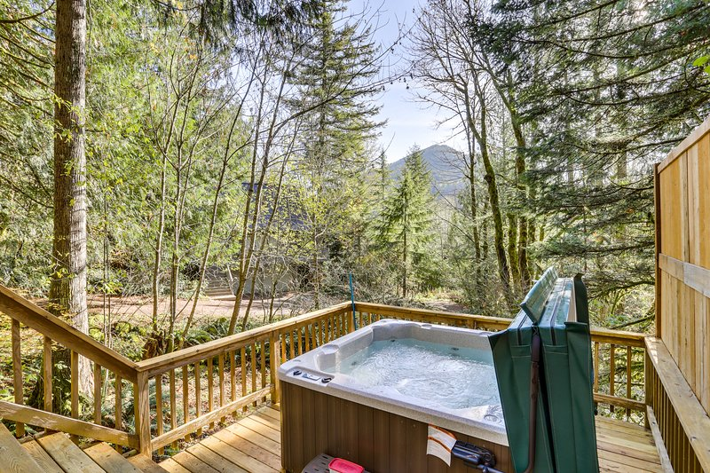 Unique dog-friendly mountain home w/private gas grill, hot tub, & near town!, holiday rental in Zigzag
