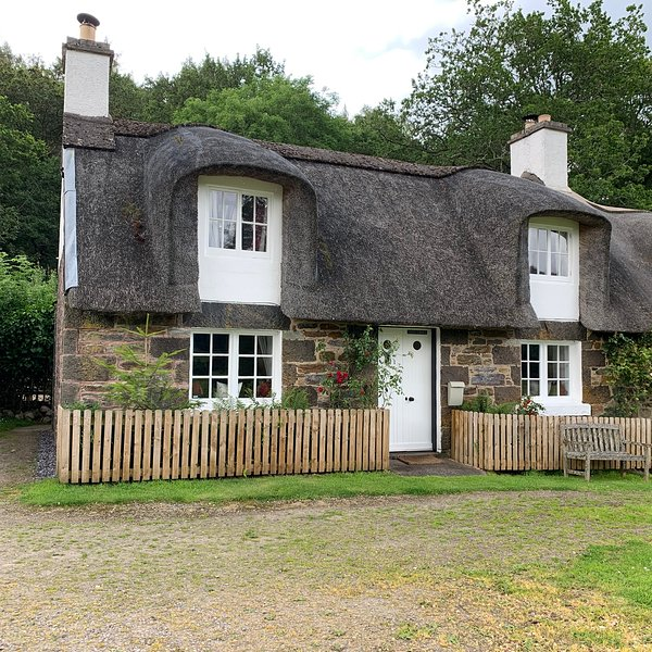 A Fairytale Thatched Highland Cottage, casa vacanza a Perth