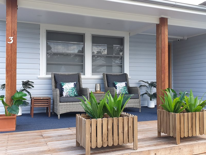 Long Jetty Lake House, 3 bedroom house, 2 bathrooms, 2 living areas, deck, BBQ., holiday rental in Ourimbah