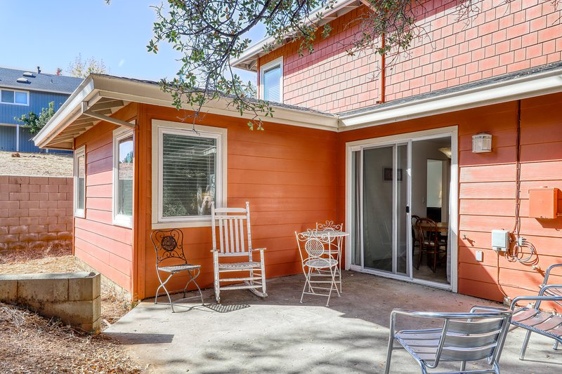 Family and dog-friendly condo right on the 5th fairway w/ shared pool & tennis!, vacation rental in Groveland