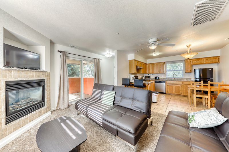 Updated dog-friendly condo w/ fireplace plus shared pool, tennis courts, & golf!, vacation rental in Groveland