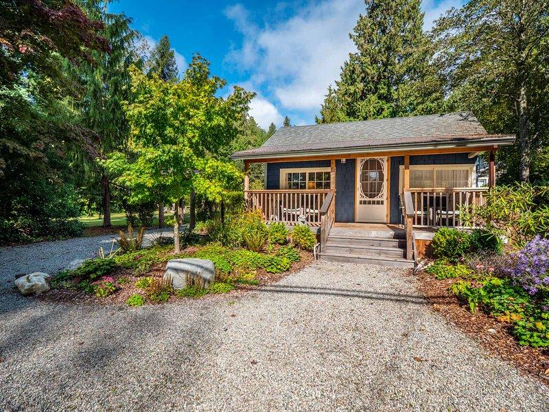 Charming Cozy Cottage, aluguéis de temporada em Roberts Creek