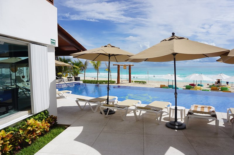 CLUB ZONE OCEANVIEW CONDO IN RESORT WITH BEACH, 2  POOLS, WIFI, KITCHENETTE, holiday rental in Cancun