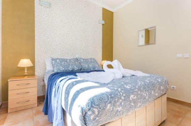 Een relatief grote kamer met gedeelde badkamer met een rustieke lijn.