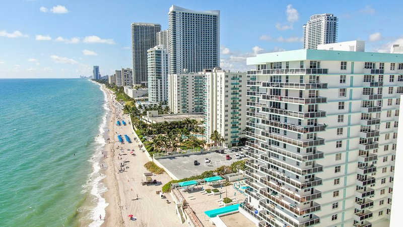 Beach front condo - 1 bedroom apartment 1.5 Bath - sleeps 4, Ferienwohnung in Hollywood