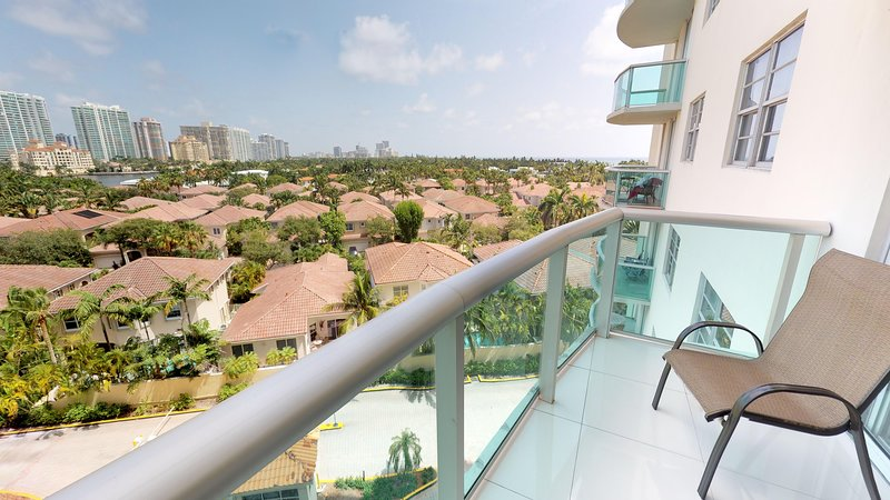 724 Premium One Bedroom Suite Bay View! Located just steps to the Beach!, holiday rental in Sunny Isles Beach