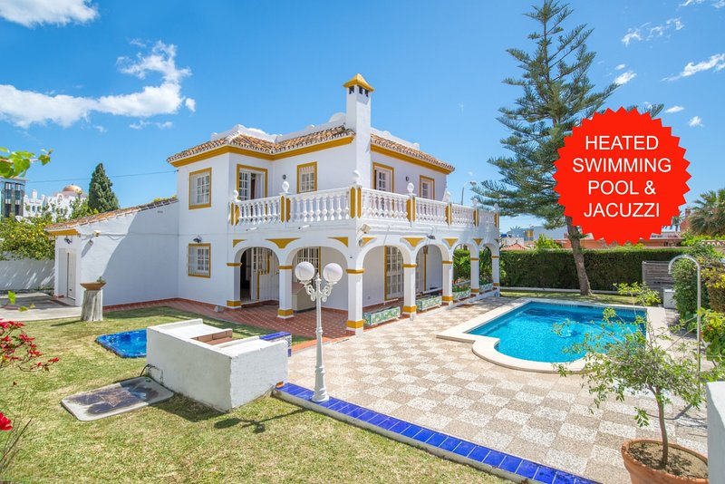 NEW!!! 5 min walk from the beach! Luxury Villa + private heated pool and jacuzzi, location de vacances à Arroyo de la Miel