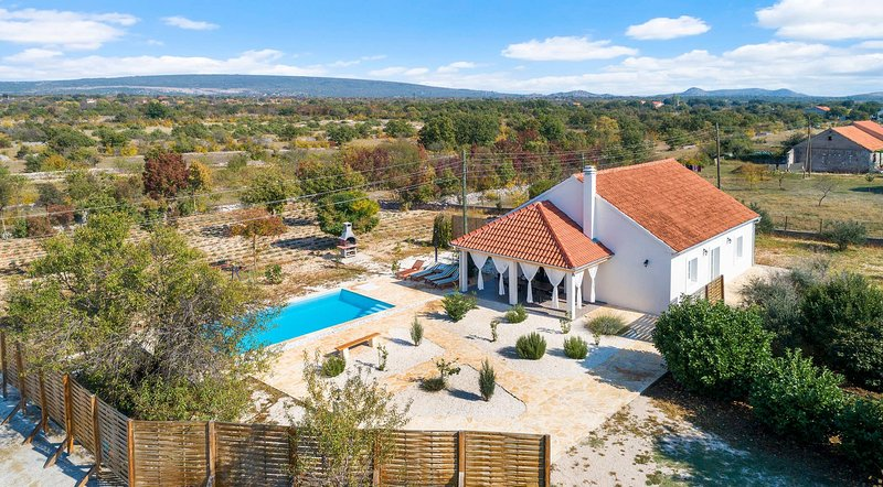 Charming House With Pool 10 Min From Sibenik, holiday rental in Pakovo Selo