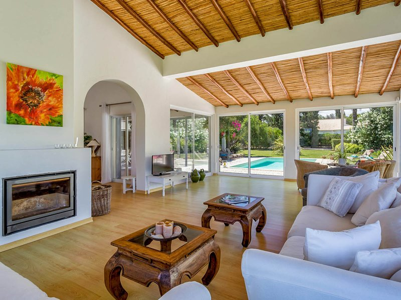 Alcalar Villa Sleeps 8 with Pool and Air Con - 5812112, location de vacances à Figueira