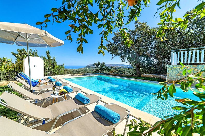 Grand View Villa Private Heated Pool, vacation rental in Argyroupolis