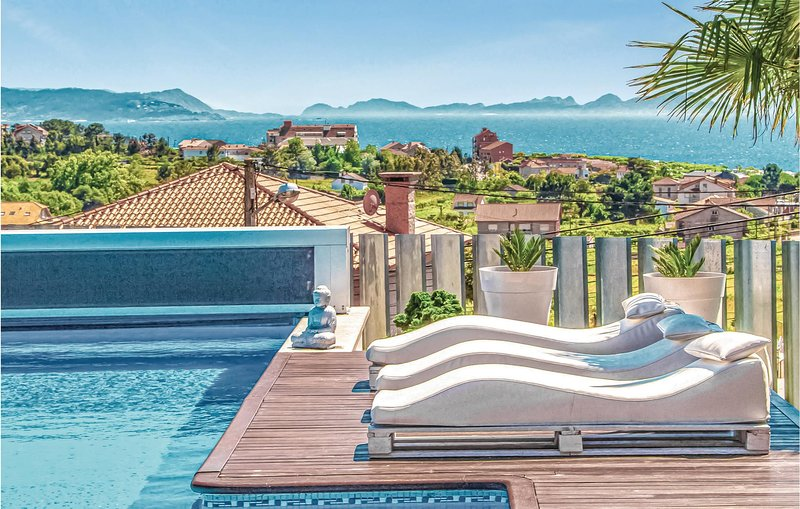 Nice home in Vista Alegre with Outdoor swimming pool, WiFi and Outdoor swimming, alquiler de vacaciones en Outeiro