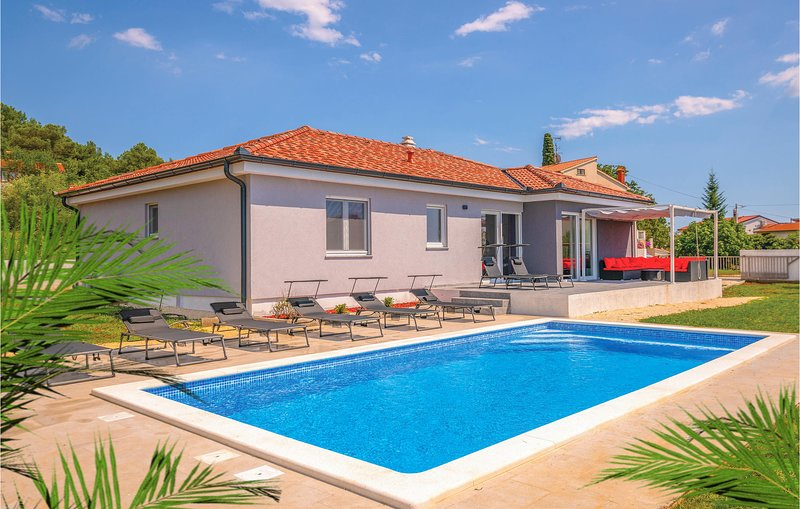 Beautiful home in Pula with WiFi, Outdoor swimming pool and 3 Bedrooms (CIP737), holiday rental in Skatari