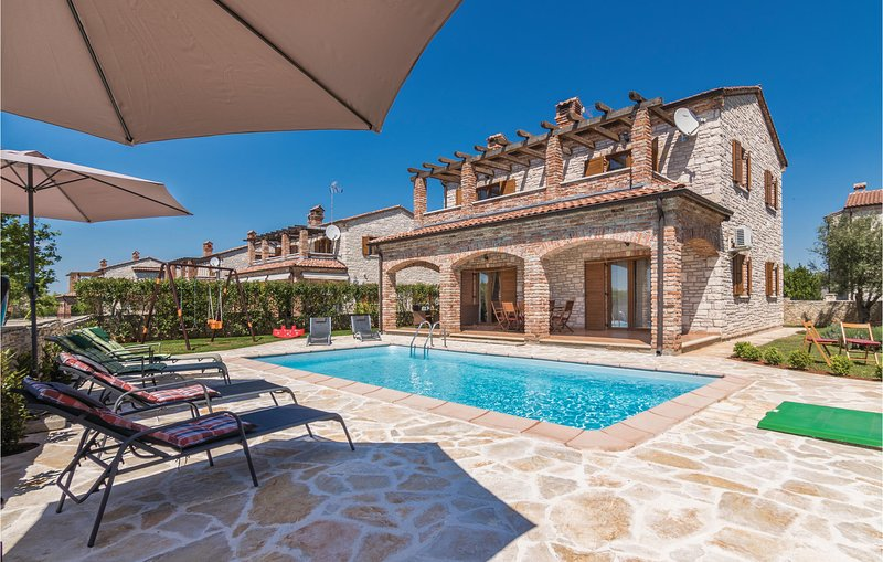Stunning home in Cabrunici with WiFi and 4 Bedrooms (CIL579), holiday rental in Cabrunici