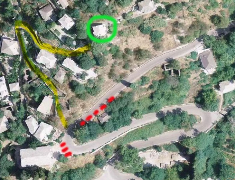 The Villa (green), Parking places (red) and route to the Villa (yellow)