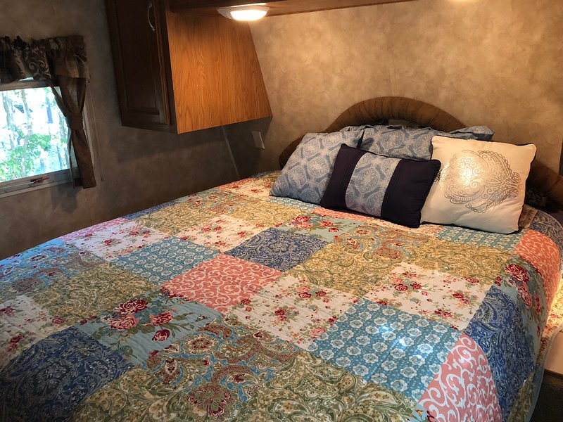 Cozy Rv in tranquil setting in town, holiday rental in Hico