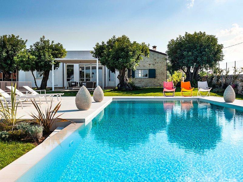 Ragusa Ibla Villa Sleeps 10 with Pool Air Con and WiFi - 5639292, vacation rental in Frigintini