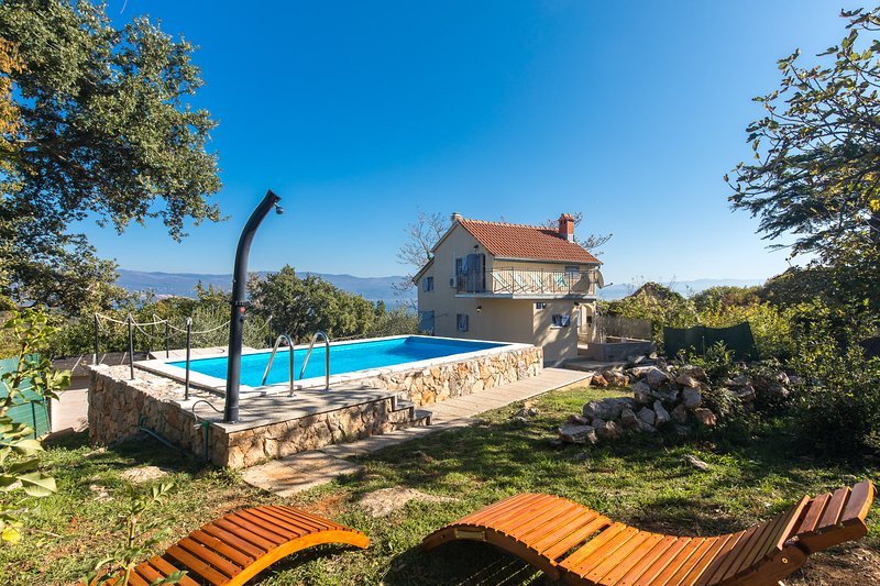 Holiday House CASA RISIKA 226 with pool, garden & sea view in relaxing location, aluguéis de temporada em Krk Island
