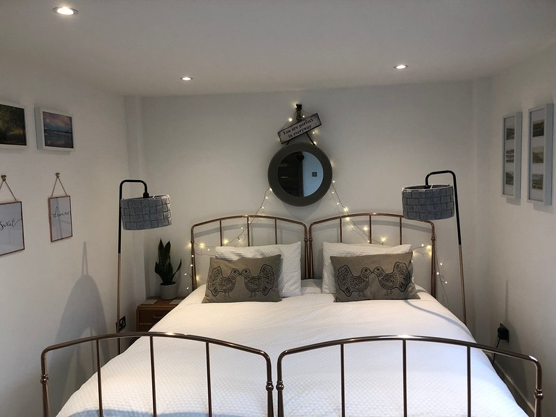 Foxes Retreat: Luxury Garden Room with hot tub!, vacation rental in Hassocks
