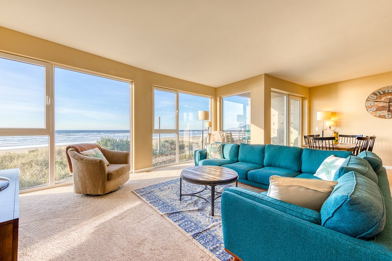 Seaside, dog-friendly condo with ocean views & shared hot tub!, location de vacances à Rockaway Beach