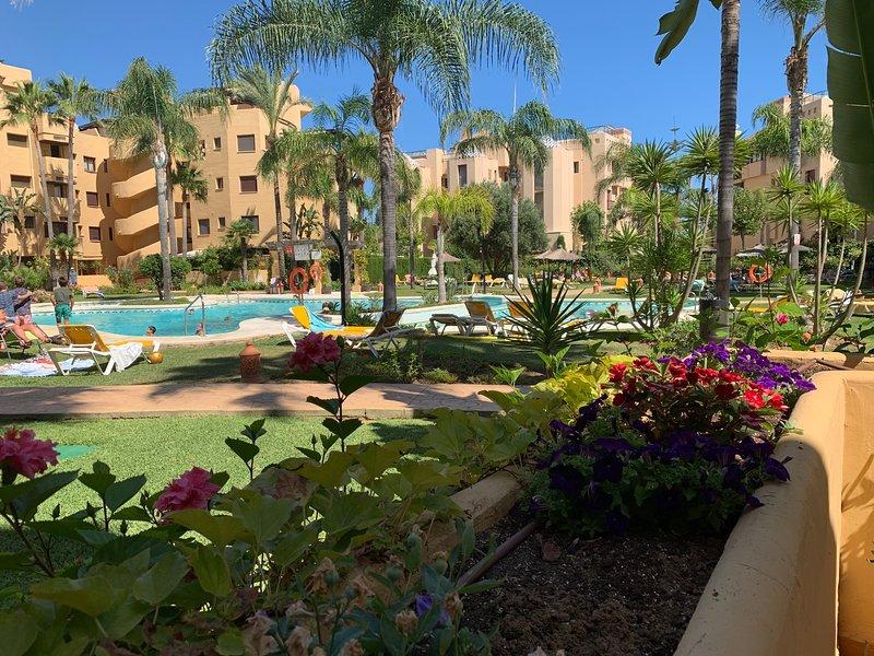 Lux beachside apartment with hot tub - 3 sunny terraces, wifi, gas bbq, parking, location de vacances à Cancelada