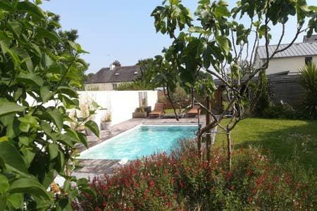 Maison en pierre avec piscine chauffée de mai à septembre, vacation rental in Quimperle