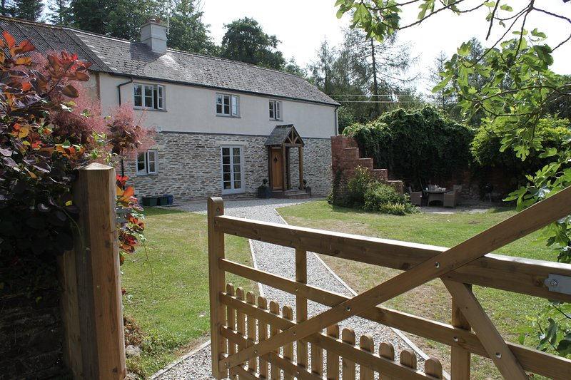 Luxury Cottage tucked away in exceptional private grounds but close to Exeter., holiday rental in Yeoford