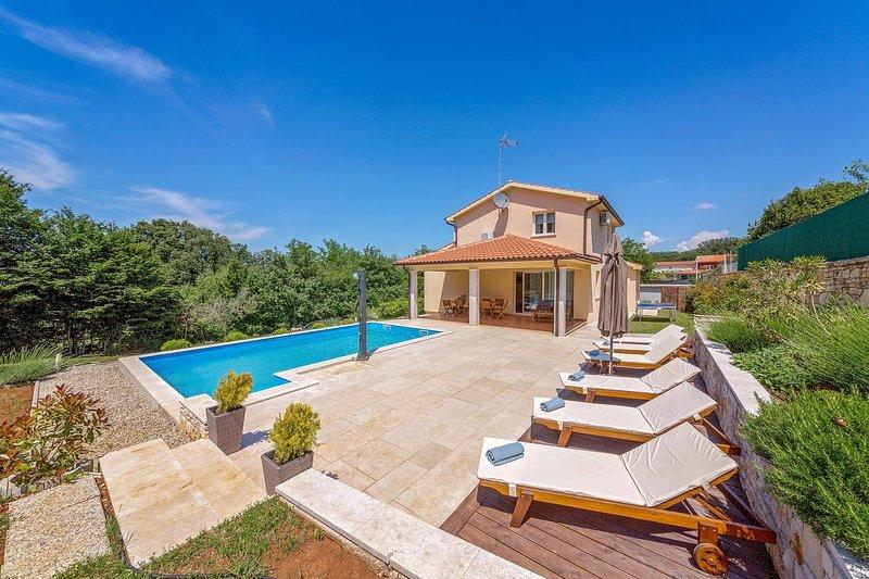 Villa Nona Nina near Tinjan, private pool, 8 people, covered terrace, free WiFi, vacation rental in Tinjan