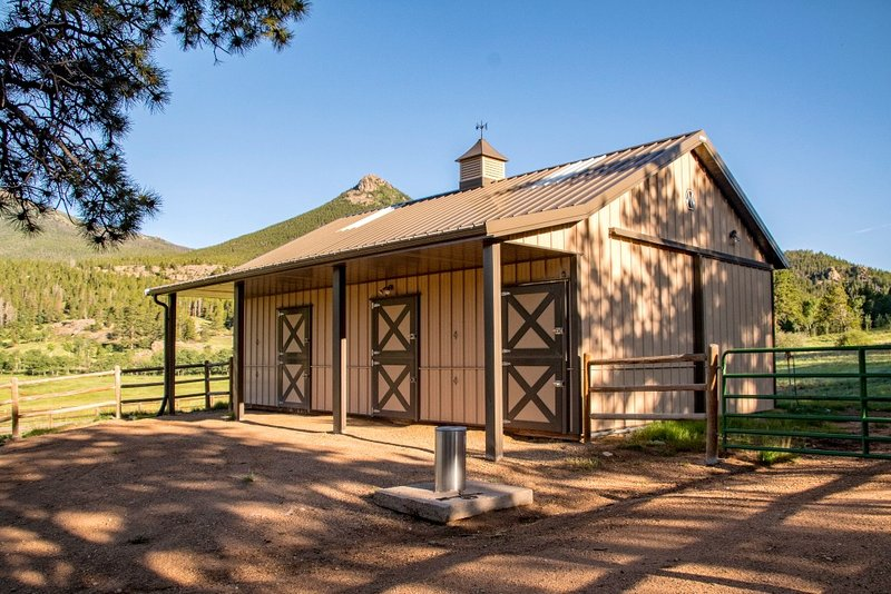 Horse barn for 3 horses and separate 4.6 fenced acres
