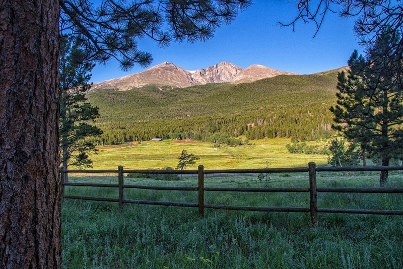 12 Acres! Cozy cabins with huge Longs Peak views and large deck!, vacation rental in Estes Park