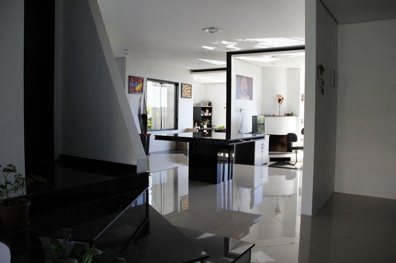 Casa bem localizada e com segurança, 450 M² Entrre casa e áre de laser!, location de vacances à Cachoeirinha
