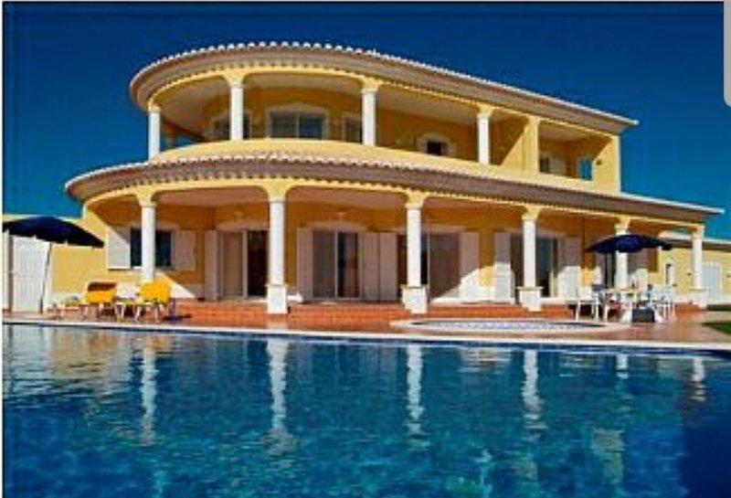 Villa with a big private swimming, location de vacances à Bensafrim